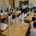 教室ではパーテーションで飛沫防止をしています。