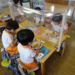 給食もパーテーションで飛沫防止。子ども達が帰った後はパーテーションも消毒します。